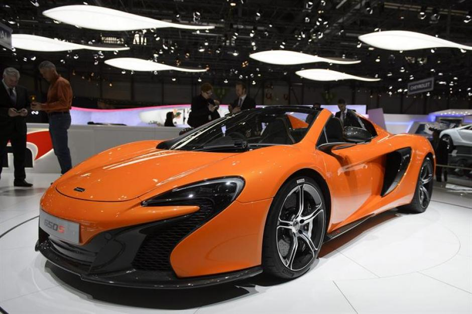 Un modelo del nuevo McLaren 650S permanece expuesto durante una jornada de prensa en el Salón del Automóvil. (Foto: EFE)