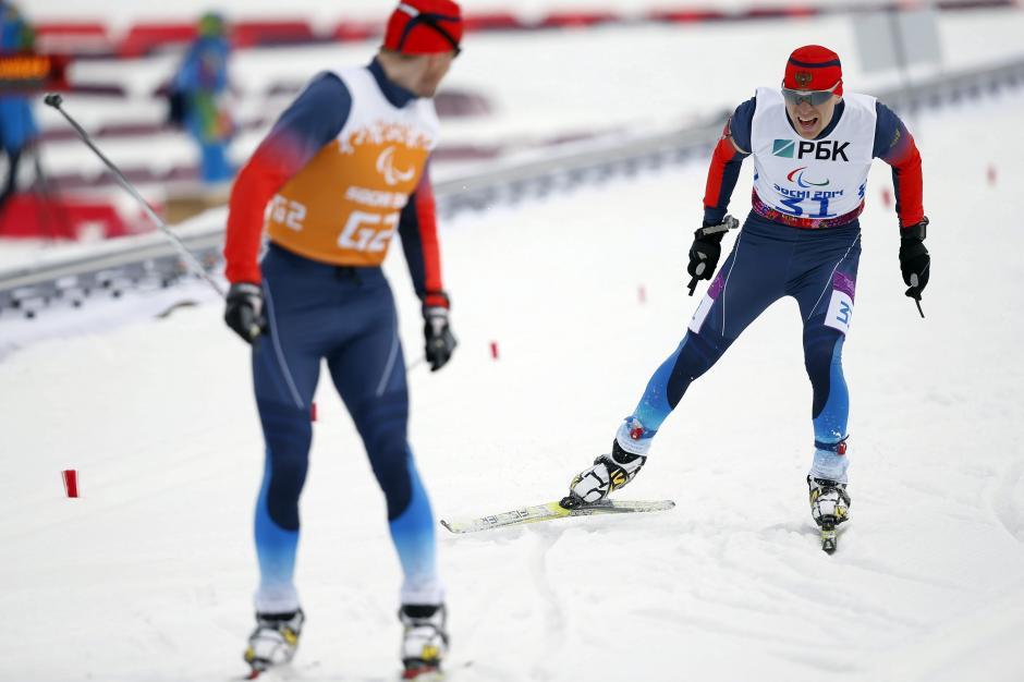 Nikolay Polukhin (R) y Andrey Tokarev de Rusia en plena acción en la prueba de 7.5 kilómetros del Biatlón para deportistas con baja visión en el Centro Laura Cross-Country Ski & Biathlon durante los juegos Paralímpicos de Invierno en Sochi 2014. (Foto: EFE)