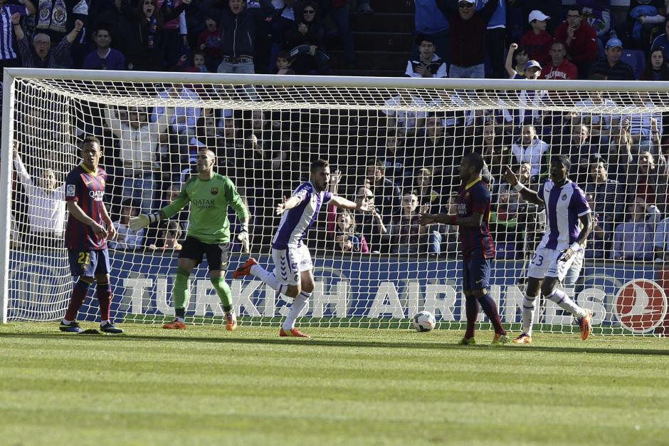 Fausto Rossi celebra el gol que le anotó a Victor Valdés, que puso al Real Valladolid en ventaja en el partido contra el FC Barcelona. (Foto: EFE)