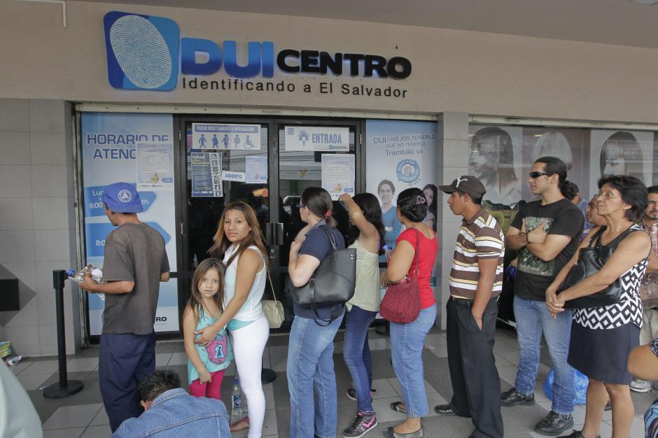 Salvadoreños hacen fila para obtener el Documento Único de Identidad (DUI) para poder votar en la segunda vuelta electoral para elegir al presidente en San Salvador (El Salvador). (Foto: EFE)