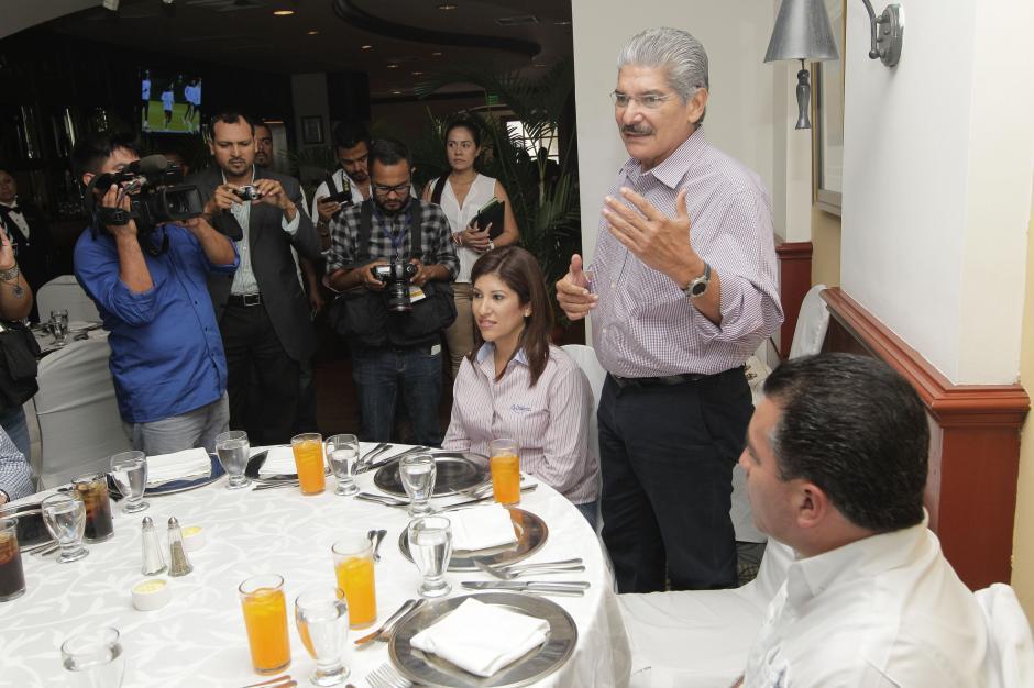 El candidato presidencial del partido opositor Alianza Republicana Nacionalista (ARENA), Norman Quijano, habla durante una reunión con observadores internacionales hoy, sábado 8 de marzo de 2014, en San Salvador. (Foto: EFE)