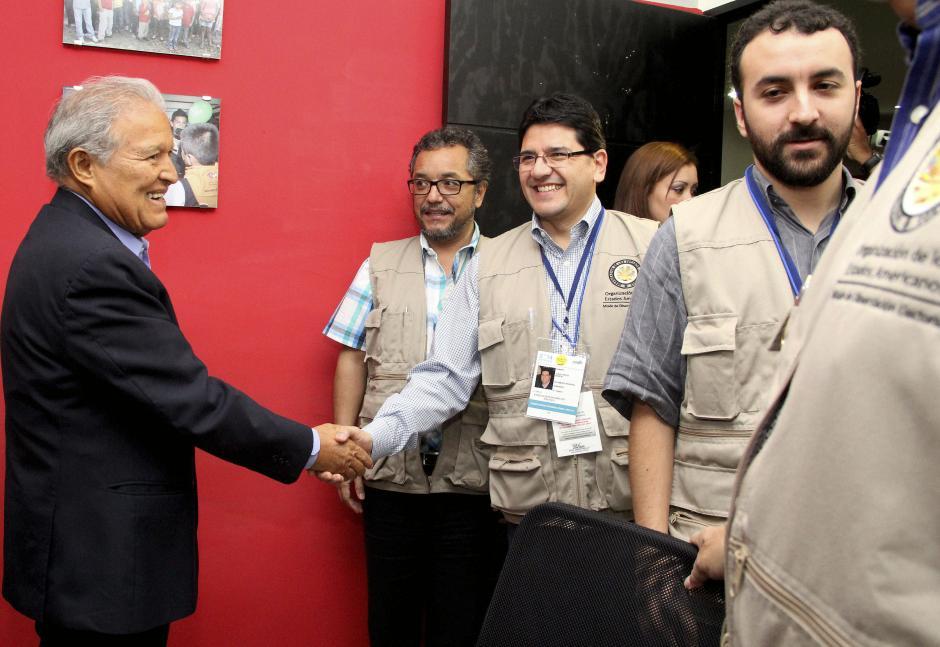 Salvador Sánchez Cerén, candidato a la presidencia por el partido Frente Farabundo Martí para la Liberación Nacional, se reúne con observadores de la OEA, en la víspera de la segunda vuelta electoral en El Salvador. (Foto: EFE)