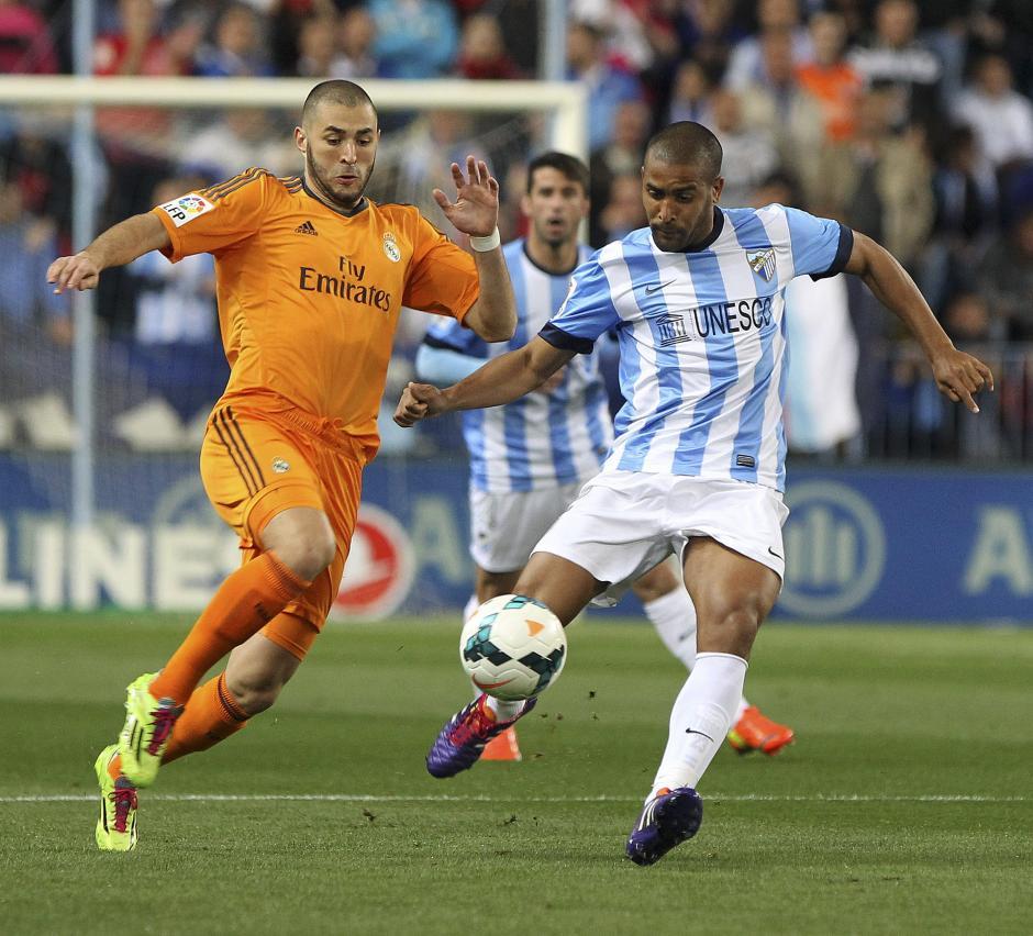 El centrocampista argentino del Málaga Fernando Tissone (d) pelea un balón con el delantero francés del Real Madrid Karim Benzema, durante el partido de la jornada 28 de la Liga Española en la Rosaleda, en Málaga. (Foto: EFE/Daniel Pérez)