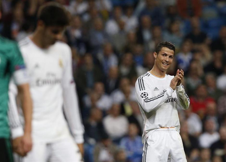 Cristiano Ronaldo aplaude su buen rendimiento en el juego.(Foto: EFE)