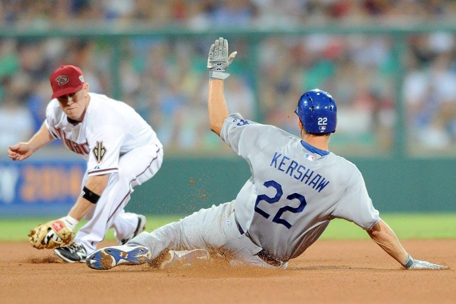 Una jugada entra Aaron Hill de los Diamondback de Arizona y Clayton Kershaw de los Dodgers