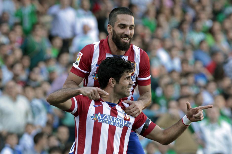 Diego Costa y Arda Turan celebran la victoria por 2-0 sobre el Betis
