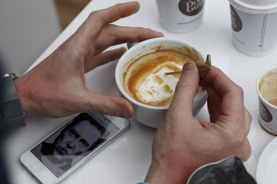Arte en la crema del café, en la fotografía facilitada por Quentin Jones que muestra al artista del café Michael Breach retratando a el actor Christopher Walkenen la crema de un café, durante una presentación en Sídney, Australia. (Foto: Quentin Jones/EFE)Ver más en: http://www.20minutos.es/fotos/actualidad/las-mejores-fotos-del-dia-9142/#xtor=AD-15&xts=467263