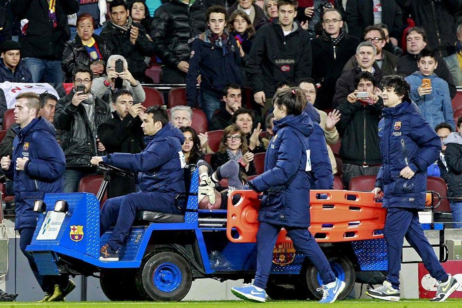 El Camp Nou vio salir a Valdés en camilla; esta será la última temporada del portero con el Barcelona. (Foto: EFE)