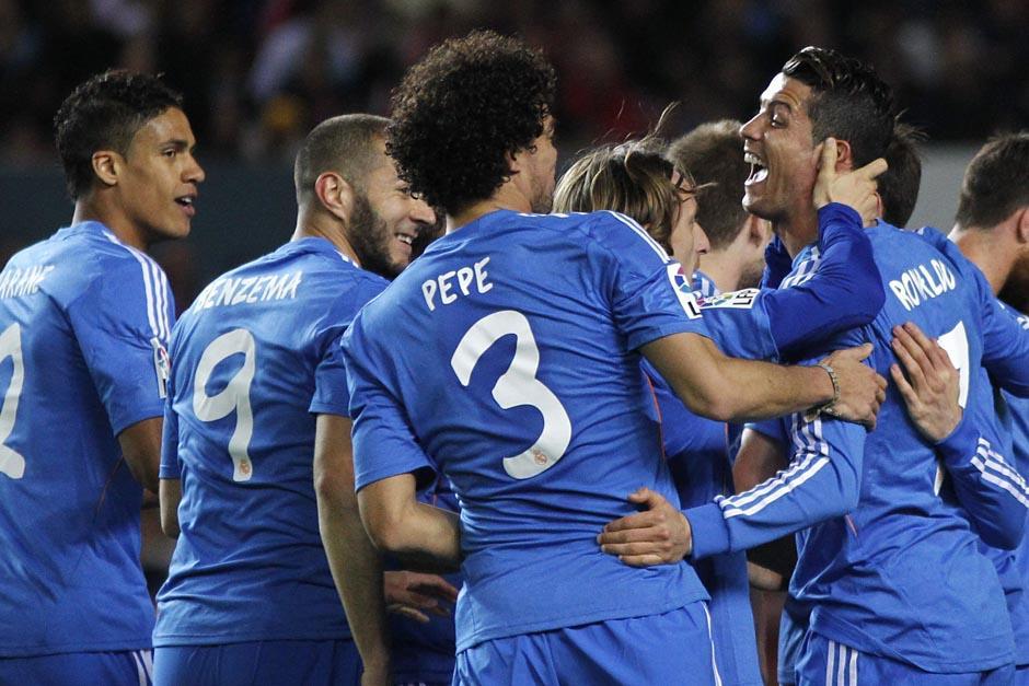Los merengues felicitaron a Cristiano Ronaldo tras su anotación. (Foto: EFE)