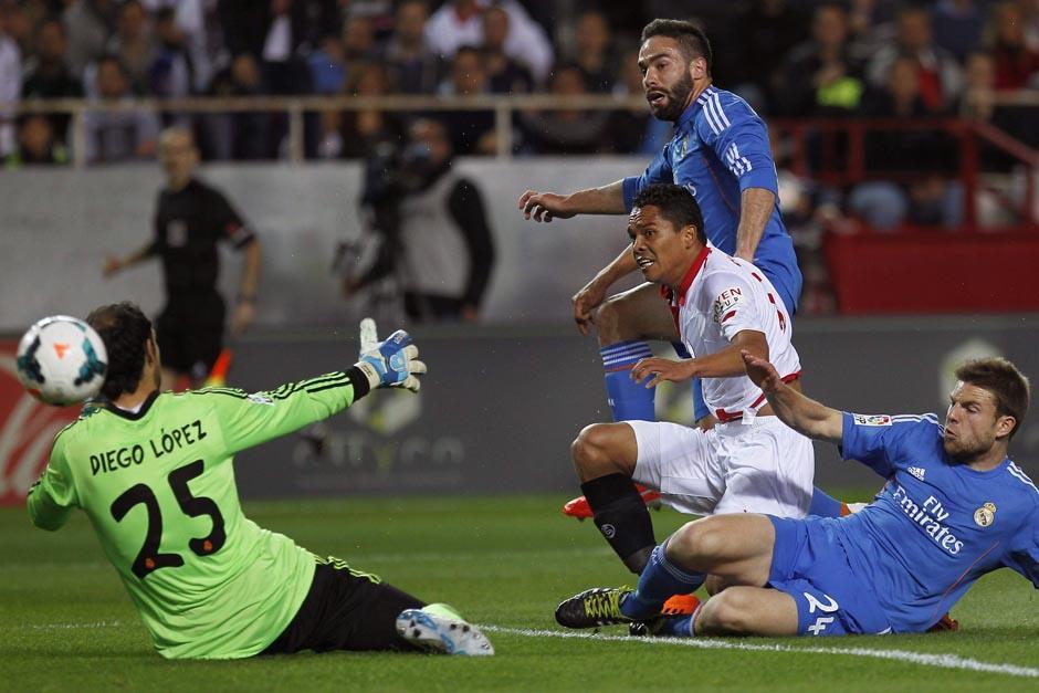 El colombiano Carlos Bacca supera la salida de Diego López y se alista a rematar para el 1-1. (Foto: EFE)