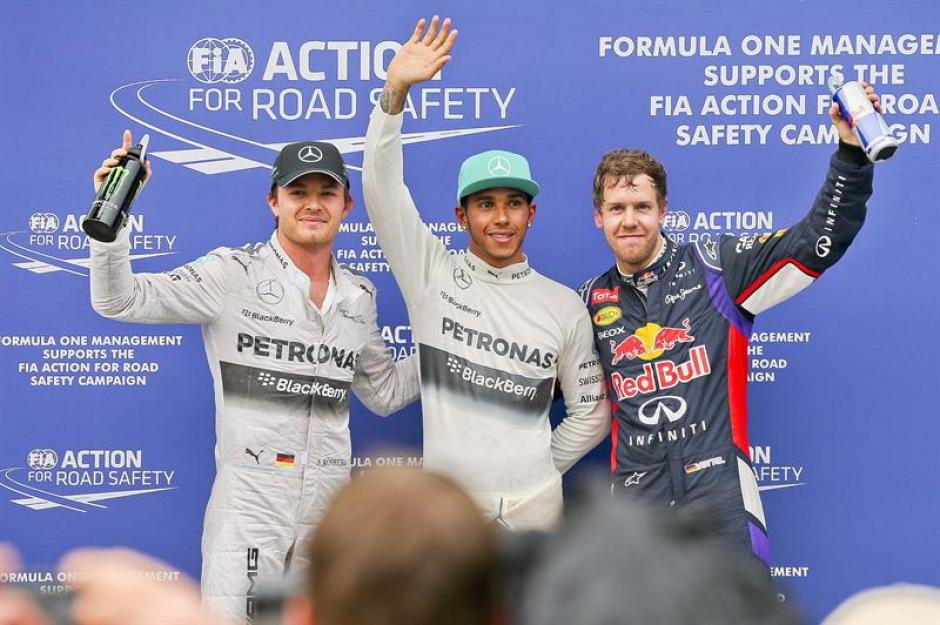 El líder de la temporada Nico Rosberg, Lewis Hamilton, ambos de Mercedes posan junto al campeón de 2013 Sebastian Vettel de Red Bull en Sepang. (Foto: EFE)