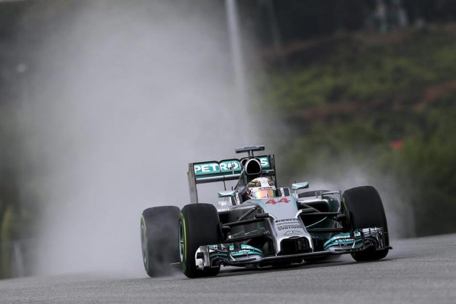 A pesar de la lluvia los autos Mercedes dominaron los entrenamientos de Sepang y en general la temporada del F1. (Foto: EFE)