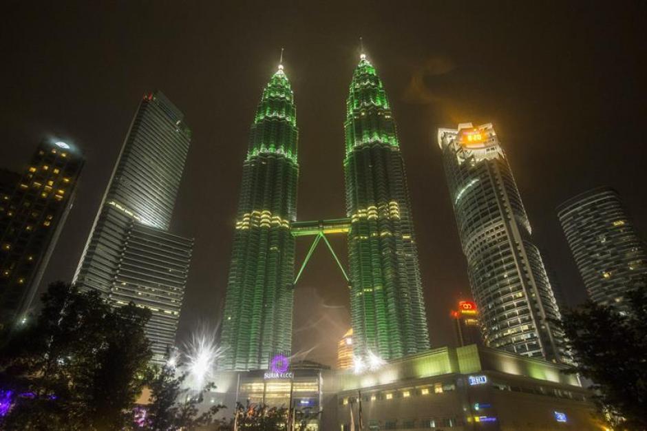 """Las torres Petronas de Malasia, antes de ser """"apagadas"""". (Foto:EFE)"""