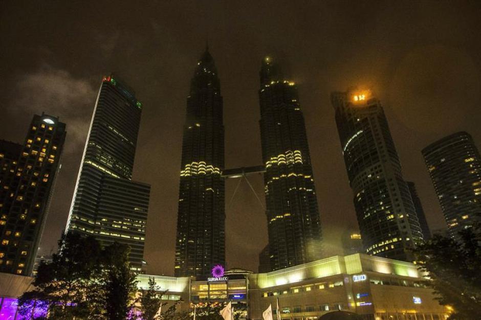 Las Petronas apagadas. (Foto: EFE)