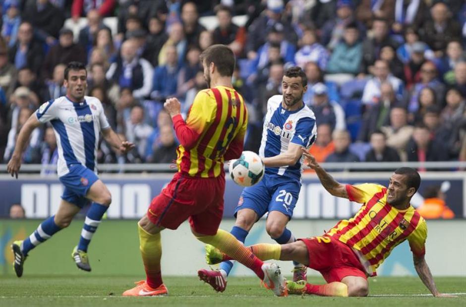 Los jugadores del FC Barcelona Gerard Piqué y el brasileño Dani Alves luchan un balón con el centrocampista portugués Simao Sabrosa. (Foto: EFE)