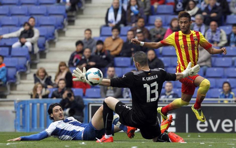 Neymar remata ante los jugadores del Espanyol. (Foto: EFE)
