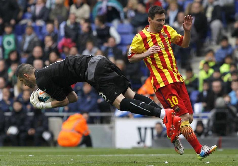 El portero del Espanyol, Kiko Casilla, atrapa el balón ante el delantero argentino del Barcelona Leo Messi. (Foto: EFE)