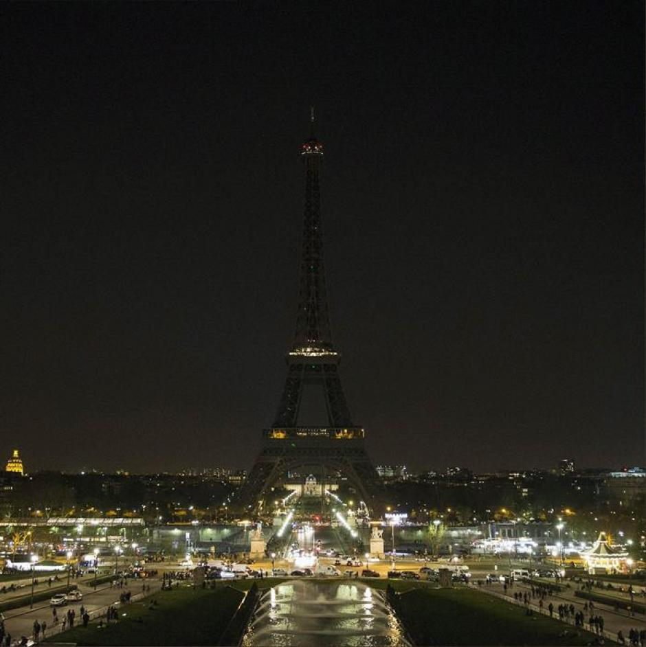 La torre Eiffel al momento de apagar sus luces. Únicamente permaneció así por 5 minutos, por motivosde seguridad. (Foto:EFE)