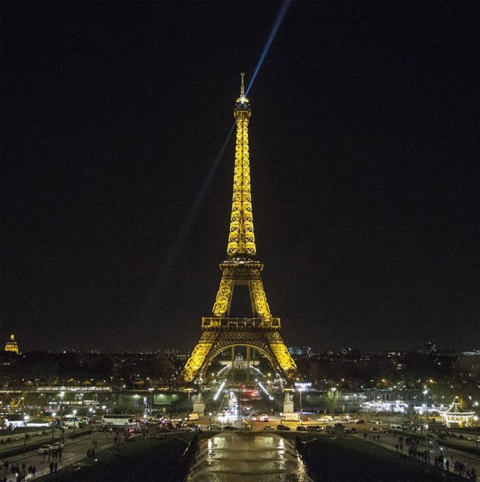 """La torre Eiffel unos minutos antes del """"apagón"""". (Foto:EFE)"""