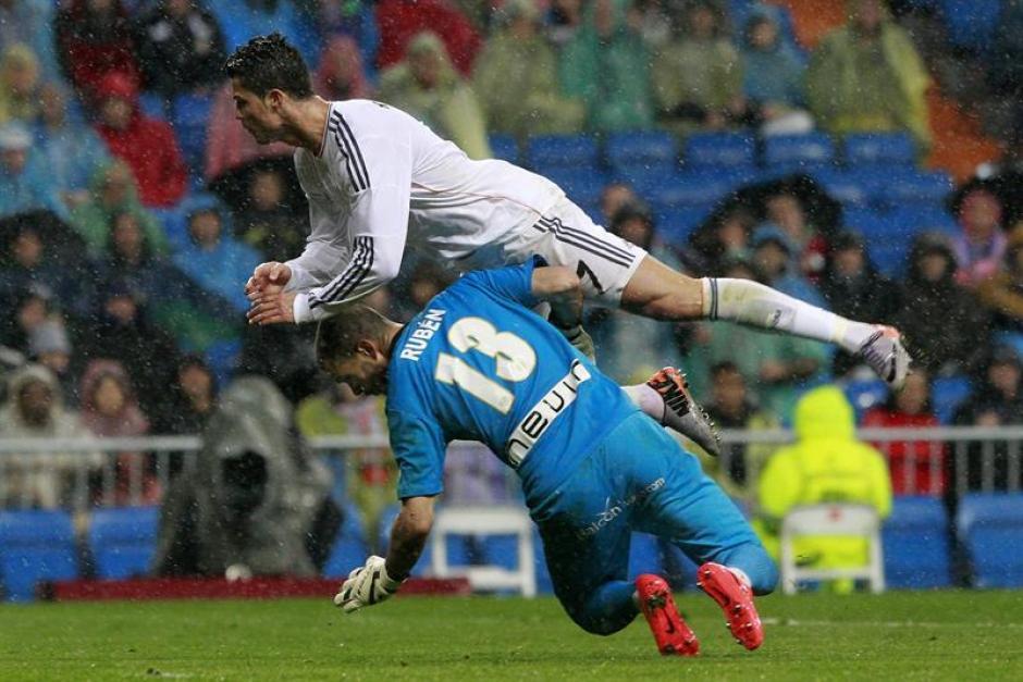 Espectacular choque entre Rubén, portero del Rayo Vallecano y Cristiano Ronaldo. (Foto: EFE)