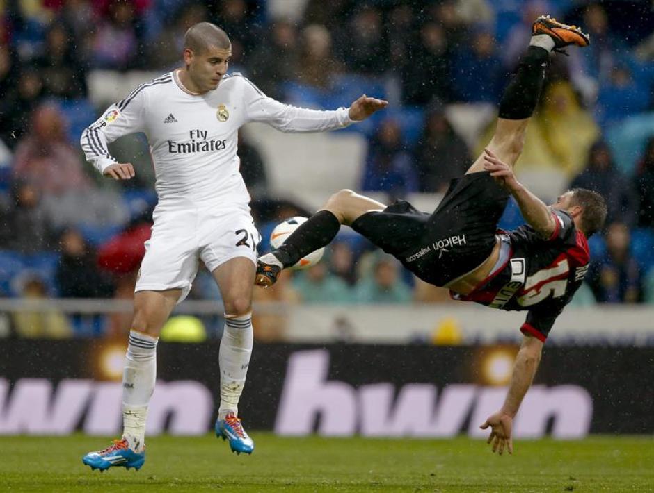 Álvaro Morata ingresó de cambio y consiguió el último gol del Real Madrid que goleó 5-0 al Rayo Vallecano. (Foto: EFE)