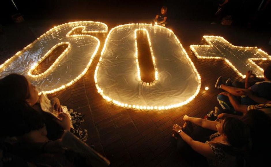 Las veladoras que formaron el 60+ en protección a los recursos del planeta. La imagen fue captada en la ciudad de Bogotá. (Foto: EFE)