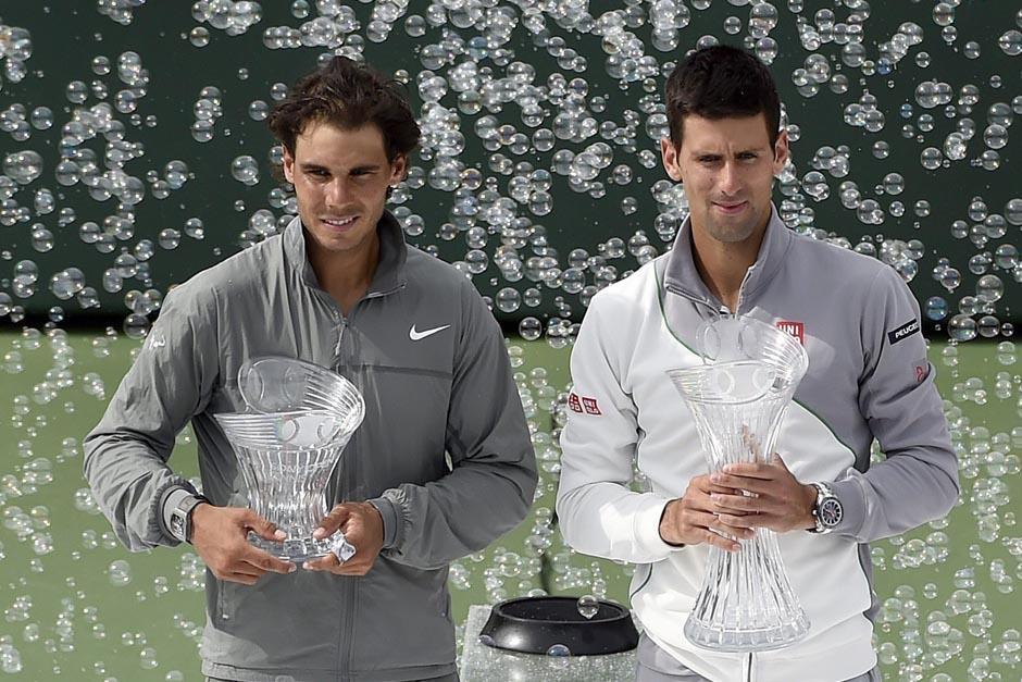 Nadal y Djokovic posan con sus trofeos al final del juego. (Foto: EFE)