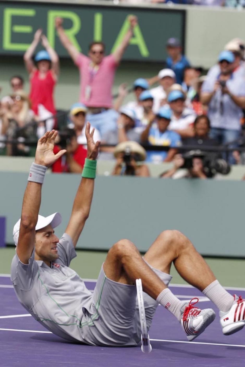 Djokovic celebró en el suelo tras derrotar a Nadal por 6-3 y 6-3