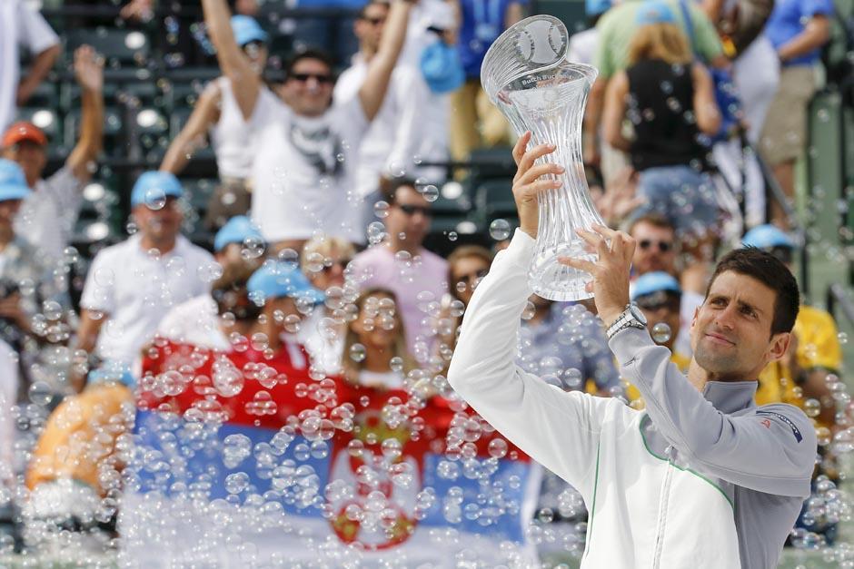 Djokovic levanta el trofeo tras ganar el Masters 1,000 de Miami ante Nadal. (Foto: EFE)