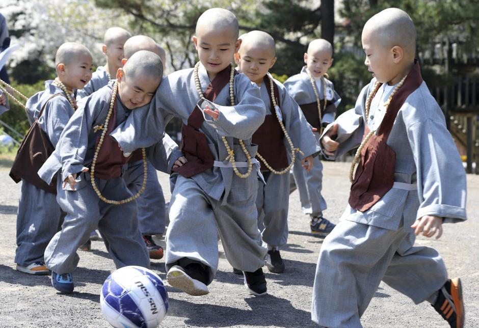 Monjes novicios juegan al fútbol en el templo de la Isla de Jeju (Corea del Sur). (Foto: Yonhap/EFE)