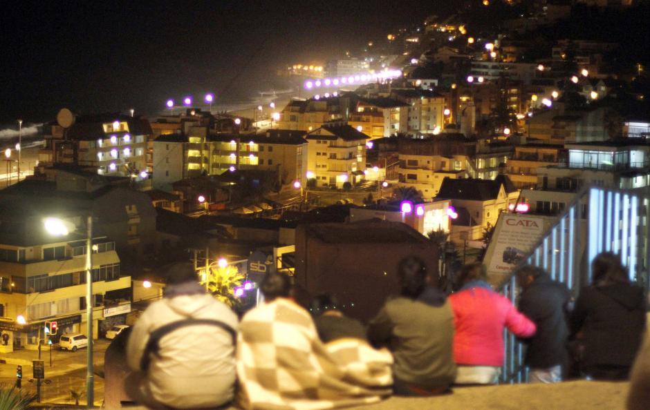 Un grupo de personas se mantiene en una zona alta en Valparaíso, Chile. La alerta de tsunami fue levantada. (Foto:Efe)