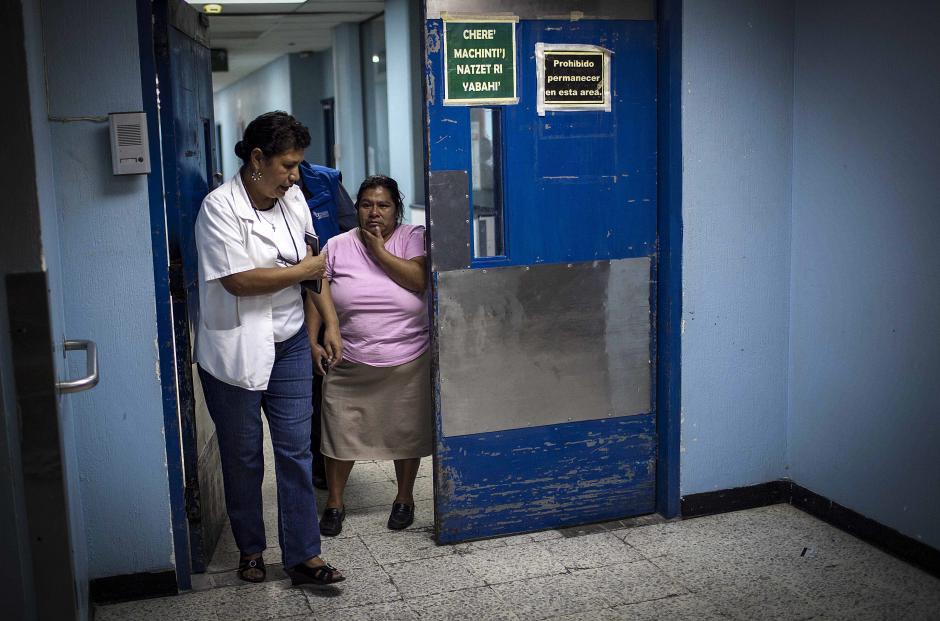 Karla Marina Pérez, la madre de las dos jovénes estudiantes llegó al hosptital San Juan de Dios y pidió a las autoridades que se haga justicia. (Foto:Efe)