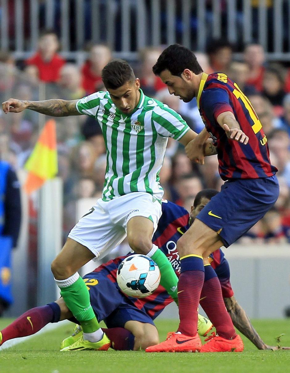 El centrocampista del FC Barcelona Sergio Busquets (d) disputa un balón con el delantero del Real Betis Álvaro Vadillo (i), durante el partido de la trigésimo segunda jornada de Liga de Primera División que se juega esta tarde en el Camp Nou. (Foto: EFE)