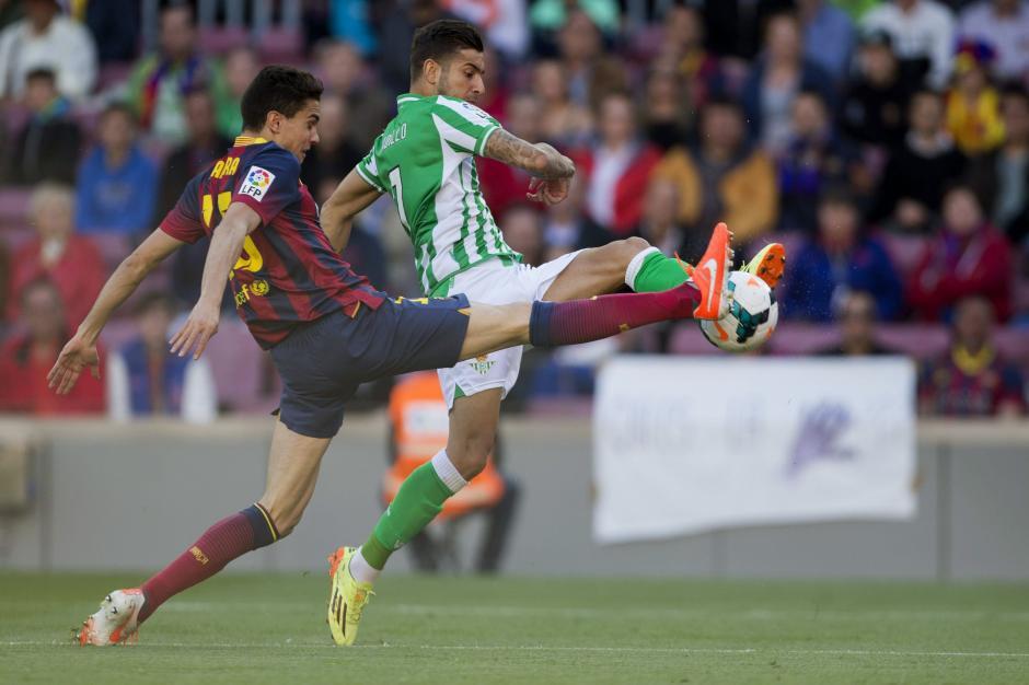El delantero del Betis Álvaro Vadillo (d) y el defensa del FC Barcelona Marc Bartra durante el partido correspondiente a la trigésimo segunda jornada de Liga que disputan frente al Betis en el Camp Nou. (Foto: EFE)