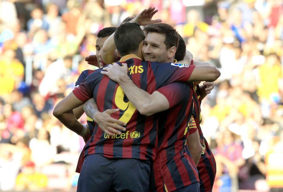 El delantero argentino del FC Barcelona Lionel Messi (d) celebra con sus compañeros el gol conseguido ante el Betis, durante el partido de la trigésimo segunda jornada de Liga de Primera División que se juega esta tarde en el Camp Nou. (Foto: EFE)