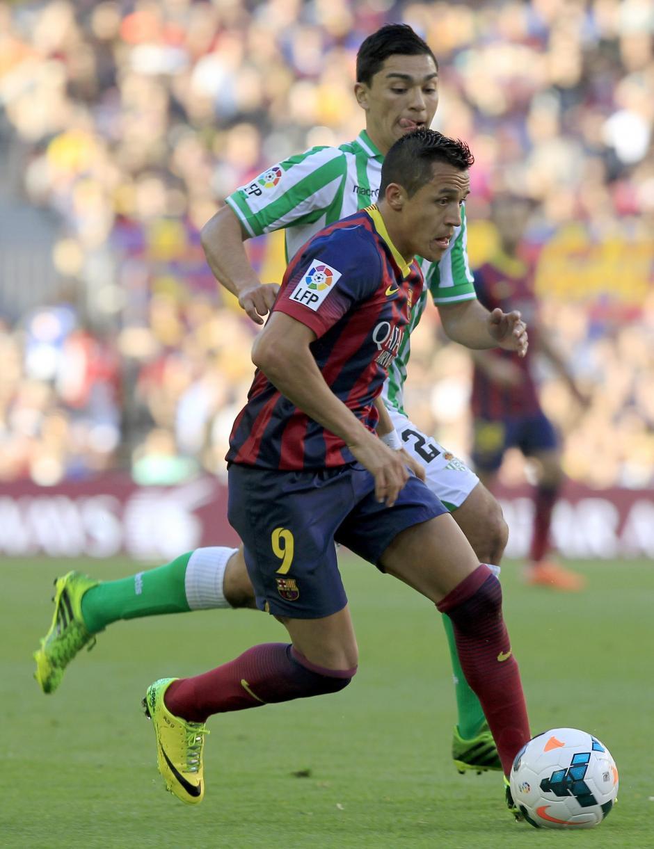 El delantero chileno del FC Barcelona Alexis Alejandro Sánchez (primer término), y el centrocampista chileno del Betis Lorenzo Reyes durante el partido correspondiente a la trigésimo segunda jornada de Liga que disputan frente al Betis en el Camp Nou. (Foto: EFE)