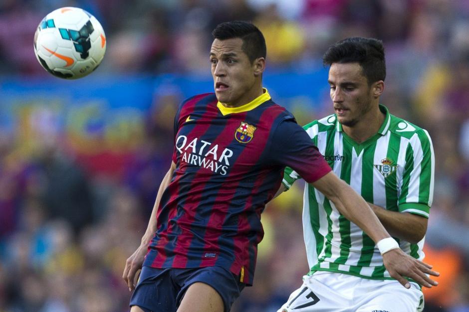 El delantero del FC Barcelona Alexis Alejandro Sánchez (i) y el defensa del Betis Juan Carlos Pérez luchan por el balón durante el partido correspondiente a la trigésimo segunda jornada de Liga que disputan frente al Betis en el Camp Nou. (Foto: EFE)