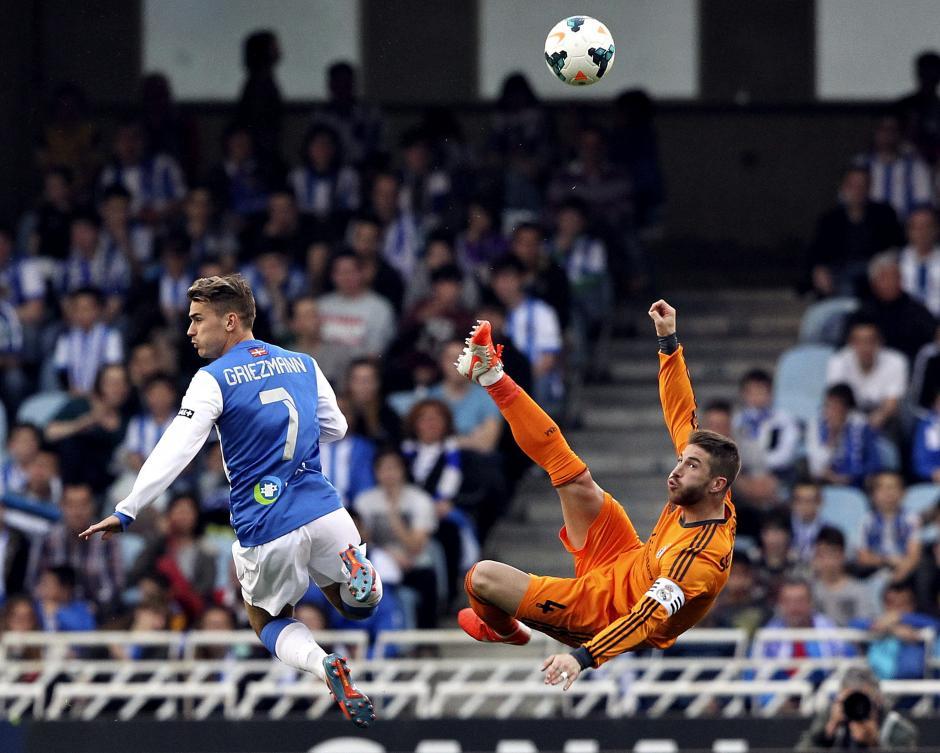 El defensa del Real Madrid, Sergio Ramos, despeja junto al francés Antoine Griezmann, de la Real Sociedad, durante el partido, correspondiente a la trigésimo segunda jornada de Liga en Primera División, que se disputó esta tarde en el estadio de Anoeta, en San Sebastián. (Foto: AFP)