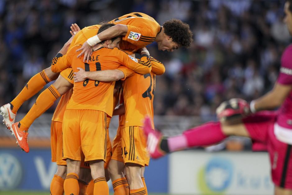 Los jugadores del Real Madrid celebran el gol de Asier Illarramendi, durante el partido, correspondiente a la trigésimo segunda jornada de Liga en Primera División, que Real Sociedad y Real Madrid disputan esta tarde en el estadio de Anoeta, en San Sebastián. (Foto: EFE)