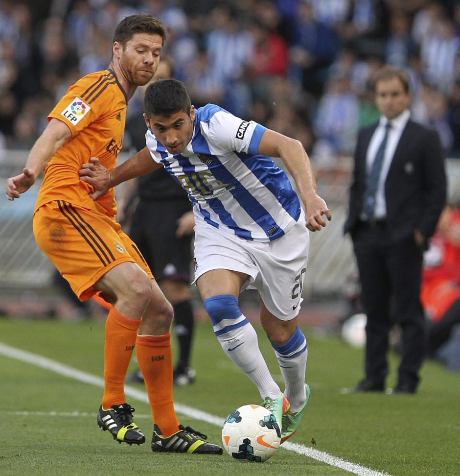 El defensa de la Real Sociedad José Ángel Valdés (d) y el centrocampista del Real Madrid Xabi Alonso durante el partido, correspondiente a la trigésimo segunda jornada de Liga en Primera División que disputaron esta tarde en el estadio de Anoeta, en San Sebastián. (Foto: EFE)
