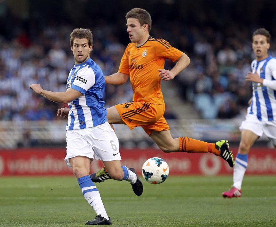 El defensa de la Real Sociedad Íñigo Martínez (i) y el centrocampista del Real Madrid Asier Illarramendi durante el partido correspondiente a la trigésimo segunda jornada de Liga en Primera División que disputan esta tarde en el estadio de Anoeta, en San Sebastián. (Foto: EFE)