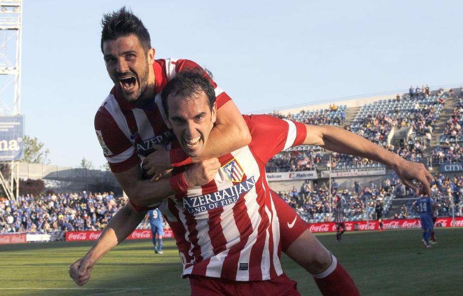 Davil Villa se lanza sobre uno de los héroes del partido, Diego Godín, para celebrar el gol que abrió el marcador. (Foto: AFP/PIERRE-PHILIPPE MARCOU)