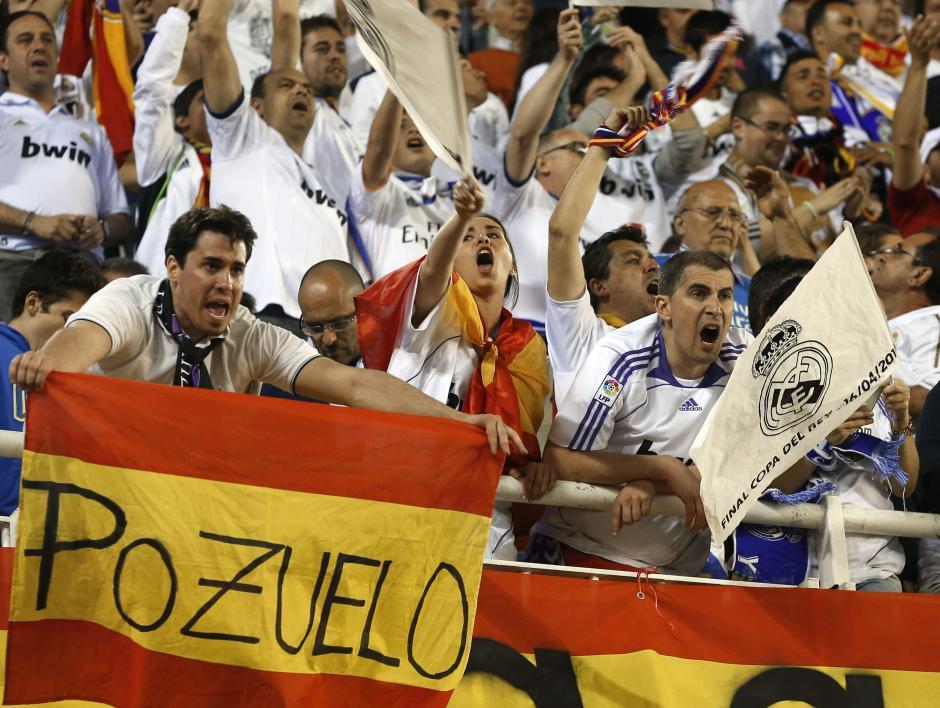 Aficionados del Real Madrid animan a su equipo antes de la final de la Copa del Rey que disputan esta noche Real Madrid y FC Barcelona en el estadio Mestalla de Valencia. (Foto: EFE)