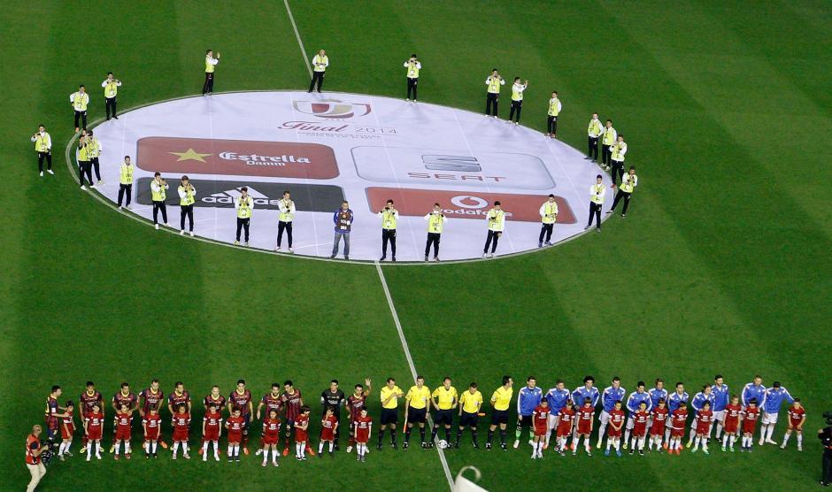 Los jugadores del FC Barcelona (i) y los del Real Madrid (d), al inicio del partido de la final de la Copa del Rey que disputaron este noche en el estadio Mestalla, en Valencia. (Foto: EFE)