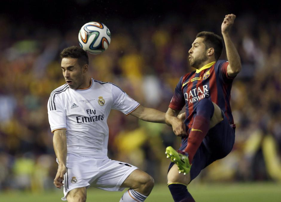 El defensa del Real Madrid Daniel Carvajal (i) disputa un balón con el defensa del FC Barcelona Jordi Alba (d), durante el partido de la final de la Copa del Rey que juegó este noche en el estadio Mestalla, en Valencia. (Foto: EFE)