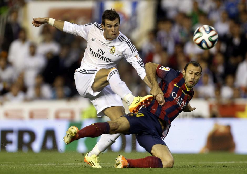 El delantero galés del Real Madrid Gareth Bale (i) y el defensa argentino del FC Barcelona Javier Alejandro Mascherano luchan por el balón durante el partido de la final de la Copa del Rey que disputaron hoy en el estadio Mestalla, en Valencia. (Foto: EFE)