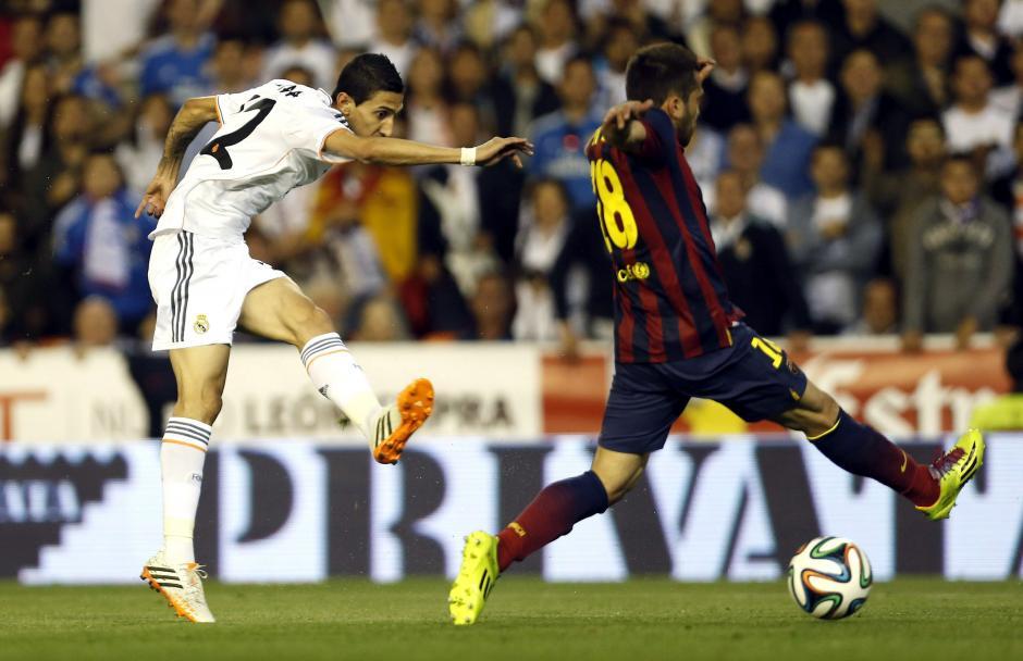 El centrocampista argentino del Real Madrid Ángel di María (i) disputa un balón con el defensa del FC Barcelona Jordi Alba (d), durante el partido de la final de la Copa del Rey, que ambos equipos juegan hoy en el estadio Mestalla, en Valencia. (Foto: EFE)