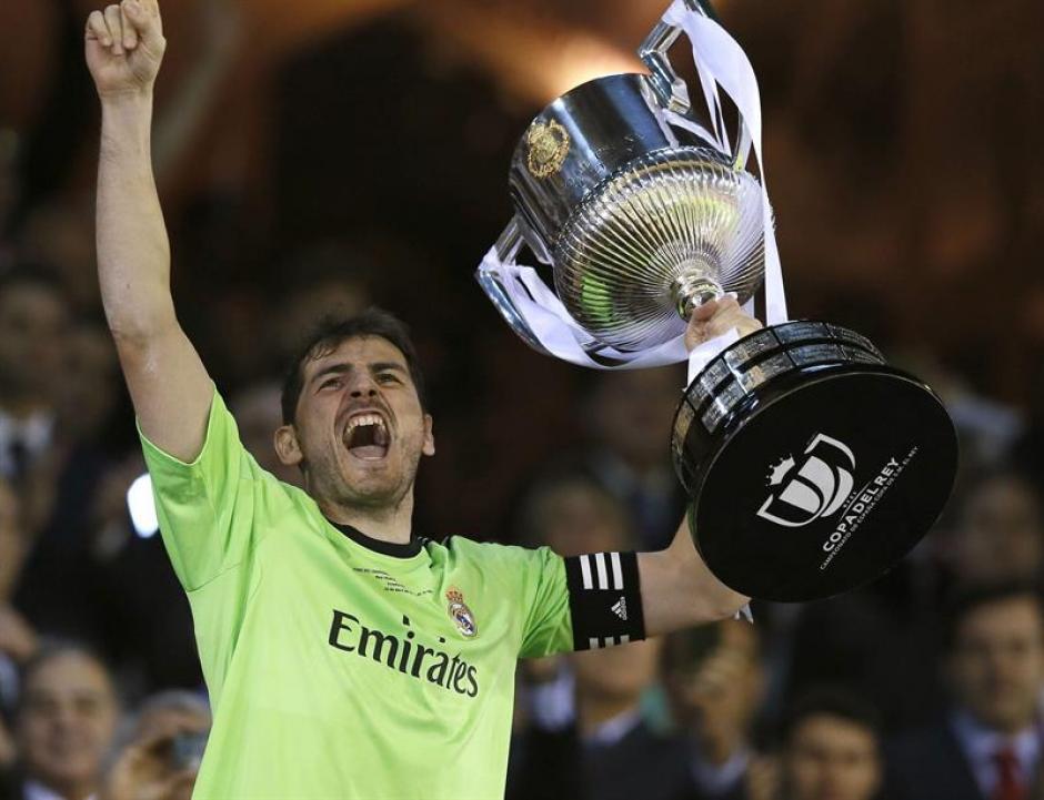 Iker Casillas, hoy capitán del Real Madrid, festeja con la Copa del Rey tras la final ganada al Barcelona. (Foto: EFE)