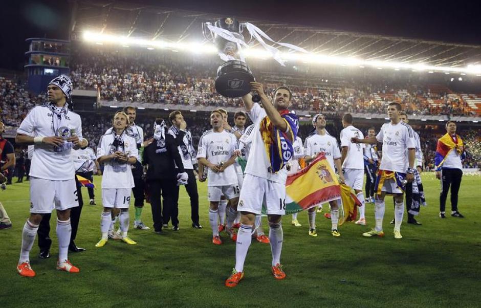 Real Madrid alza la Copa y la ofrece a la afición. (Foto: EFE)
