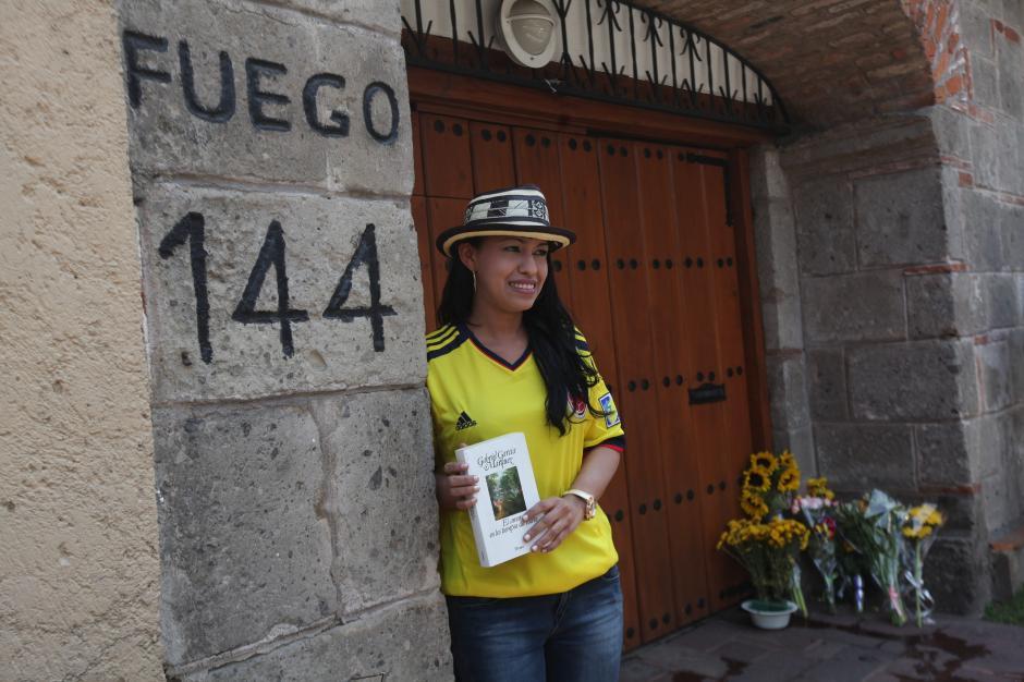 Una chica posa junto a un libro del Nobel de literatura Gabriel García Márquez hoy, lunes 21 de abril de 2014, en Aracataca (Colombia), luego del fallecimiento este jueves en México a los 87 años de edad del periodista colombiano. (Foto: EFE/STR)